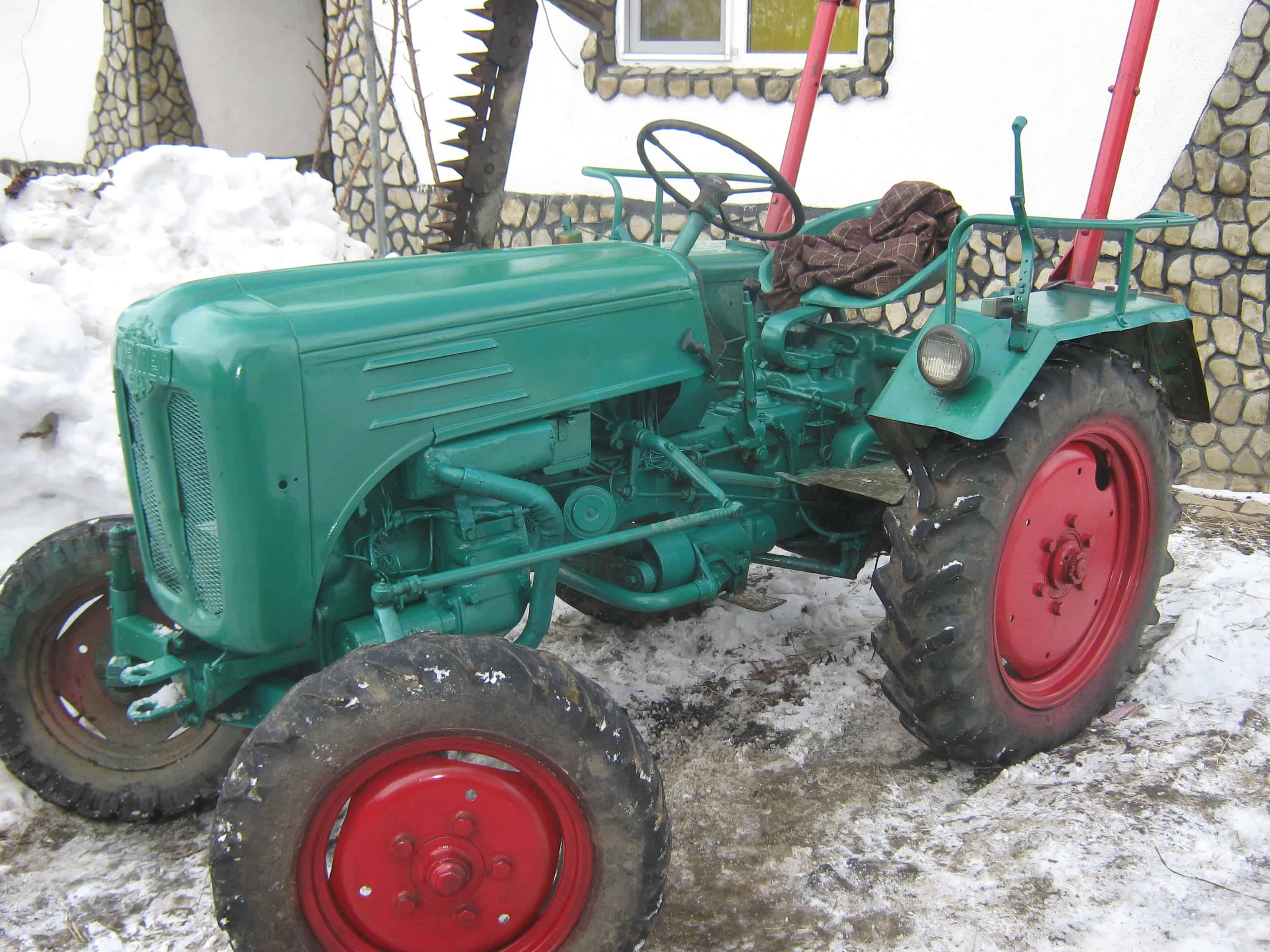 traktor mic cu utilaje costoare balotiera