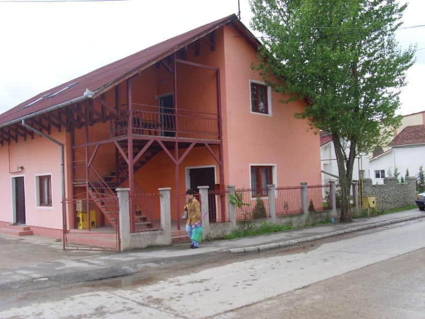 vand, sau schimb cu similar in Cluj casa formata din  -Parter un apartament LUX cu 4 camere bucatarie baie debara mare 2