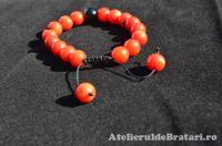 Bratara macrame cu pietre semipretioase de coral rosu si onix negru