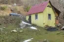 Teren de vanyare cu o mica cabana in zona de munte